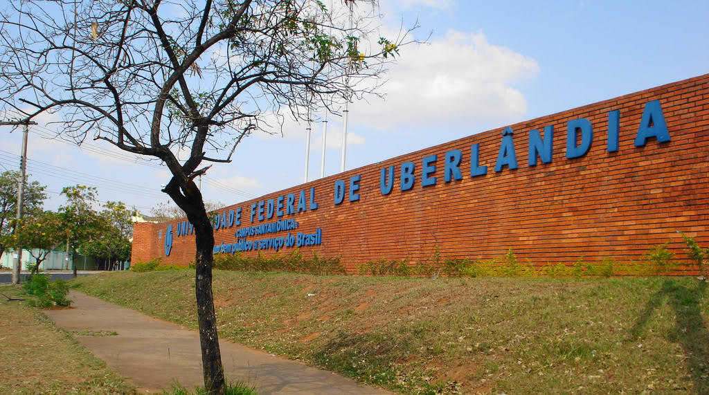 Em 1997, Flávio Cunha formou-se pela Universidade Federal de Uberlândia